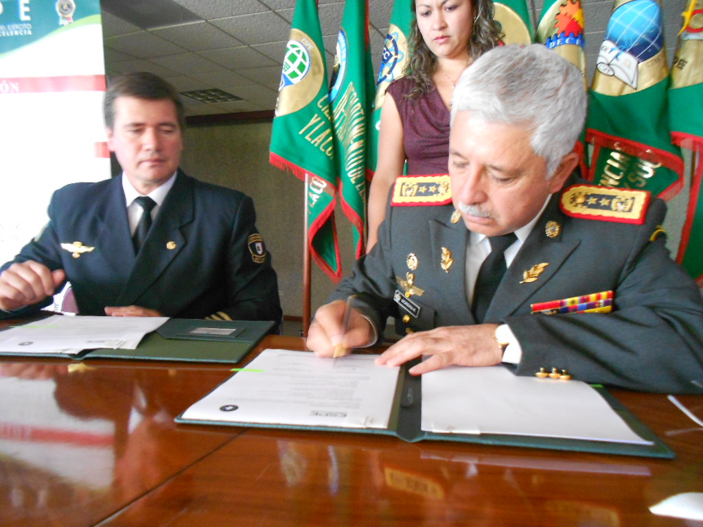 Foto de Firma oficial Convenio por el Rector Gral. Roque Moreira de