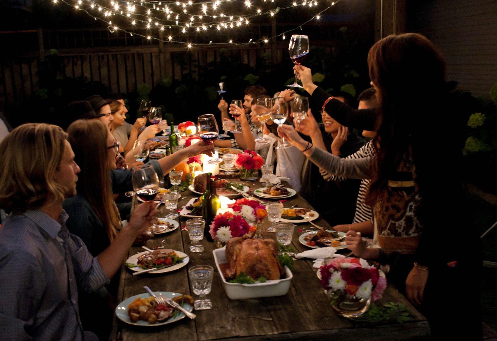 Nace 39 bendita cocina 39 alternativa a las comidas y cenas de siempre diariocr - Cena con amigos en casa ...