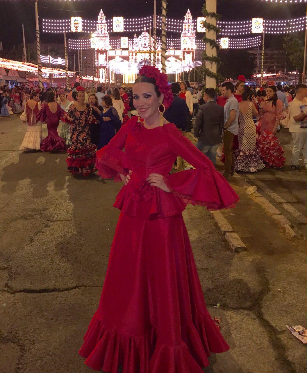 Foto de Sofía Rivera, con un vestido de diseño propio en la Feria