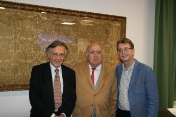Dr. Ramón Martín, cirujano de la clínica, Dr. Gregorio Medina, presidente de Clínica Santa Isabel y Dr. Gabriel Romero, responsa