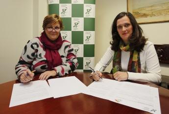 De izda. a dcha. Mª Juncal Echeverria, presidenta de la Asociación BIZI BIDE; y María Echeveste, vicepresidenta del COFG durante