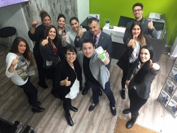 Enrique Espinosa con miembros de servicios centrales de Repara tu