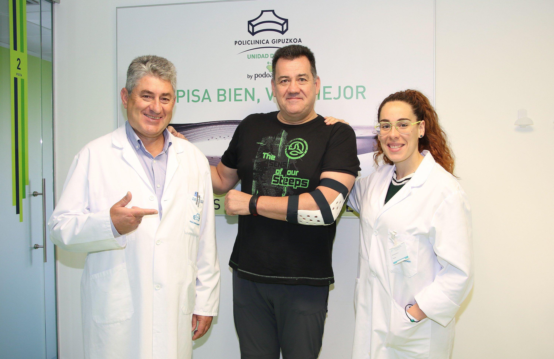 Fotografia El traumatólogo, Ricardo Cuéllar, Manu Maritxalar y la