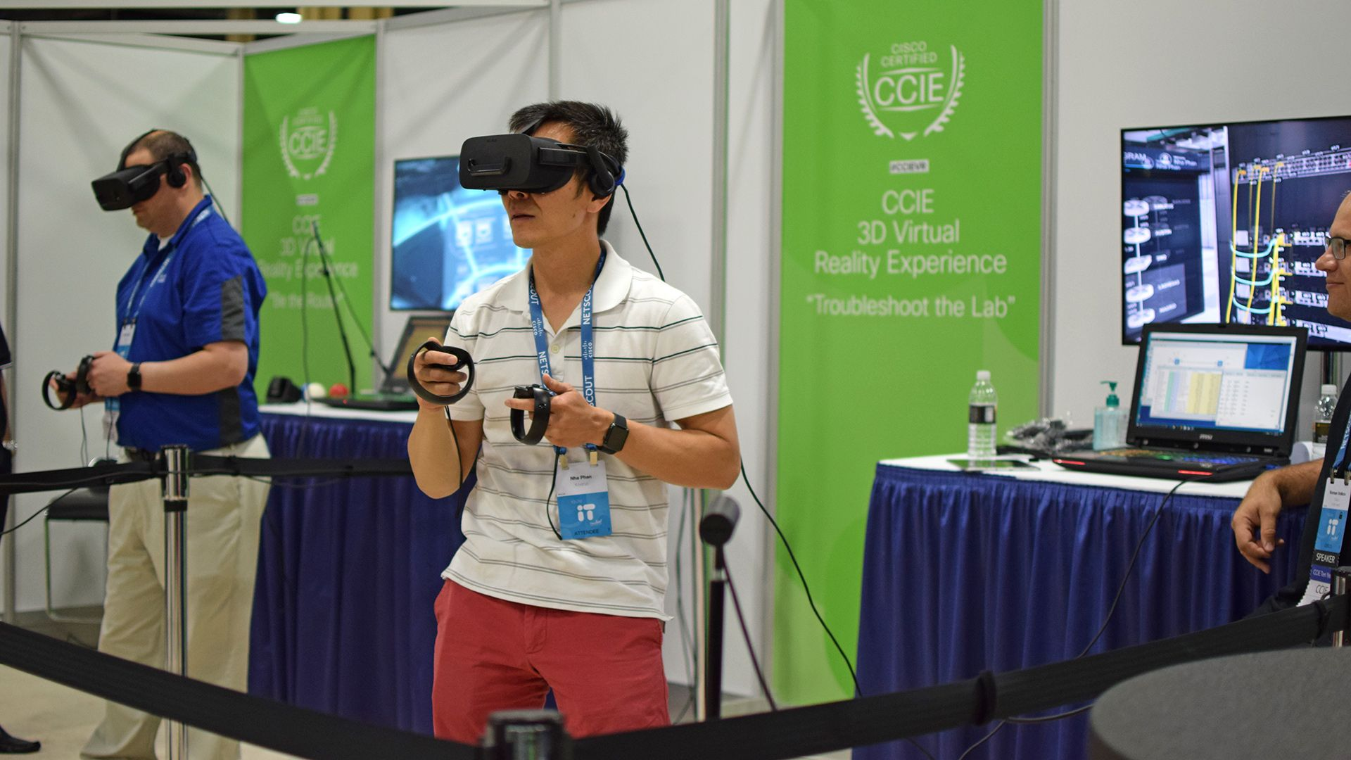 Fotografia Participantes probando la experiencia de realidad virtual