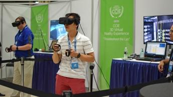 Participantes probando la experiencia de realidad virtual en Cisco