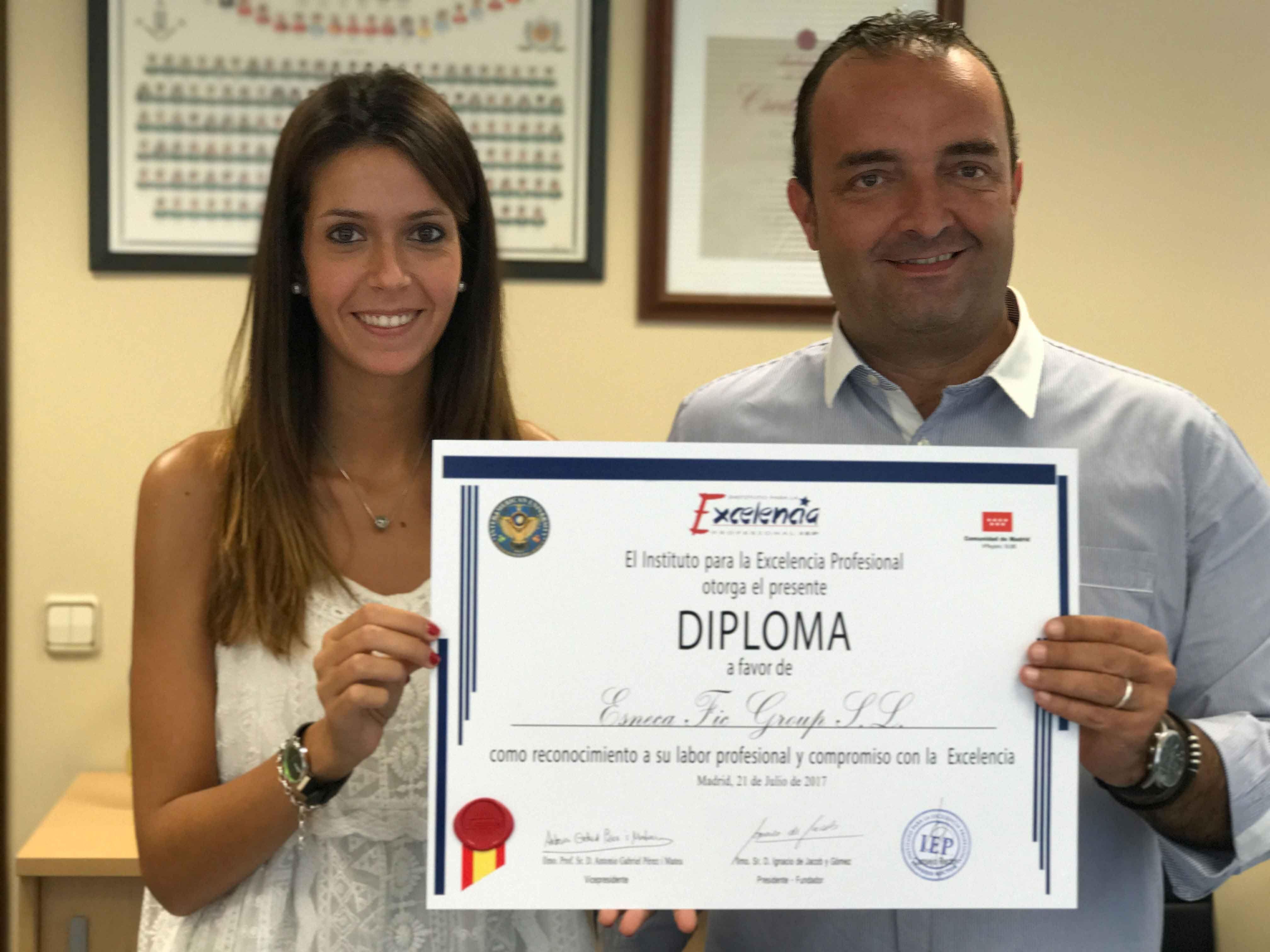 Fotografia Alberto Piñol y Gemma Panadés con el diploma entregado a