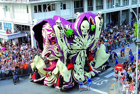 Batalla de Flores: Laredo se llena de color con sus carrozas de flores.