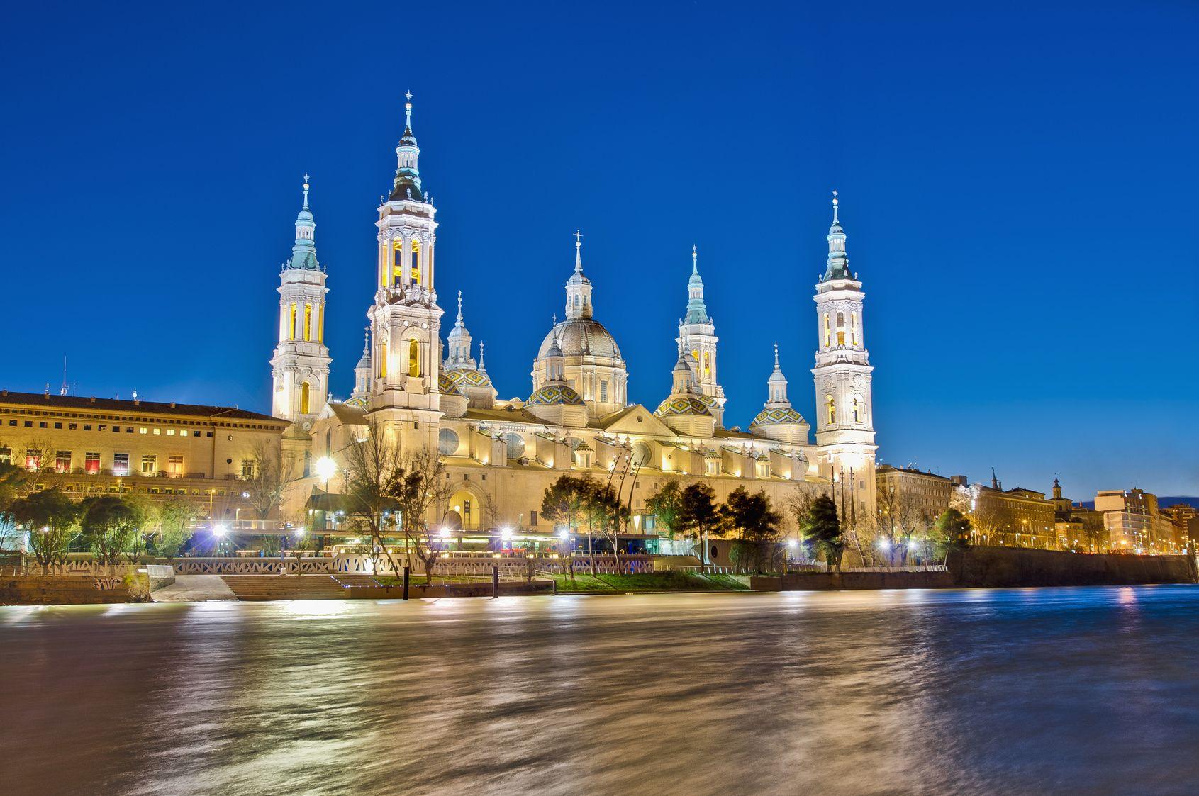 Fotografia Imagen del Pilar en Zaragoza, a orillas del río Ebro