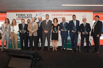 Los ganadores con el equipo DEKRA en el Foro VO y Posventa