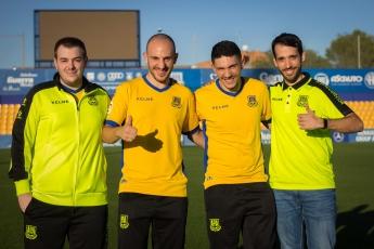 Los jugadores del ADA eSports con su director técnico, Javier