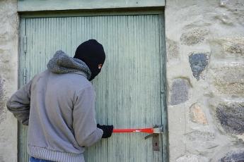 Ladron forzando puerta