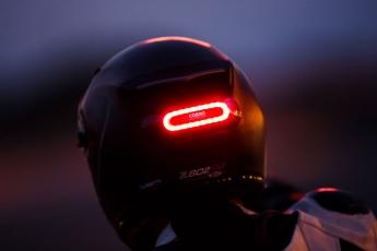 cosmo connected luz para casco trasera en la oscuridad