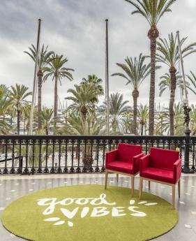 Una alfombra personalizada, presidiendo una terraza de un hotel