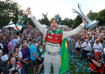 El campeón Lucas di Grassi celebra su primera victoria de la