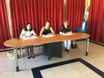 Alcaldesas firmando convenio
