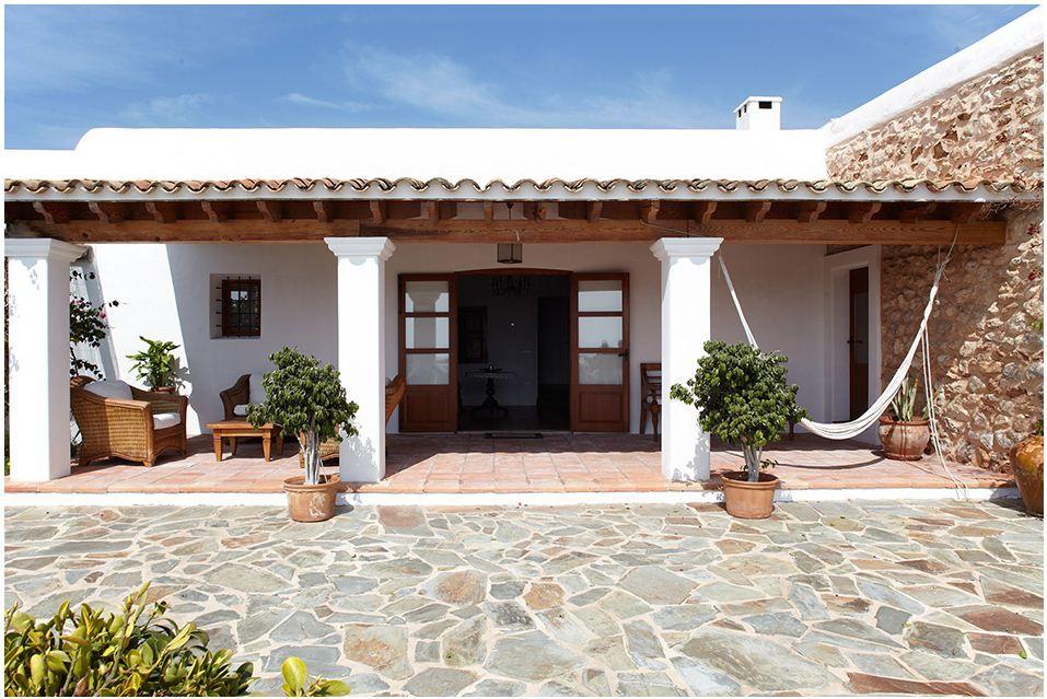 La villa can mariano invita a disfrutar de la belleza de for Casas modernas con puertas antiguas