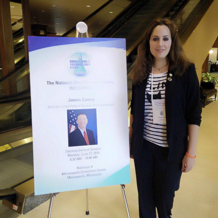 Foto de La Dra Núria Querol en la conferencia del director del FBI,