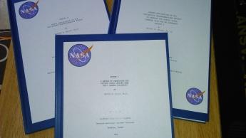 Foto de Libros NASA Reports preparados por Héctor Rojas para la