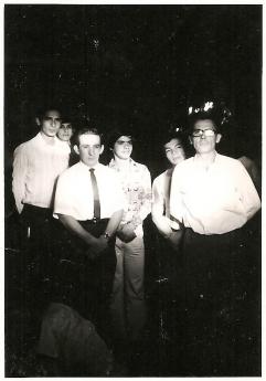 Foto de Astrofísico Héctor Rojas (izquierda) con sus estudiantes en
