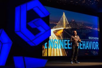 Foto de Gabe Zichermann hablando de Ingeniería del Comportamiento en