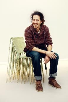 Nacho Carbonell sentado sobre una de sus creaciones