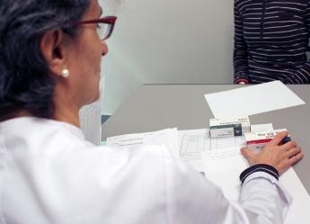 FOTO: Seguimiento farmacoterapéutico en una farmacia guipuzcoana.
