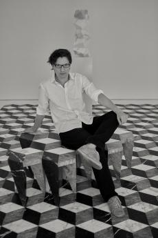 Retrato de Álvaro Catalán de Ocón sobre sus taburetes Rayuela