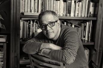 El periodista Matías Iturbides presenta su primera novela: 'El tejado de enfrente'