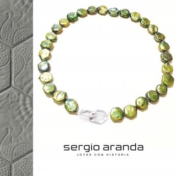 Gargantilla de perlas cultivadas y cierre en plata de ley (ambos con la forma del Panot del Paseo de Gracia)