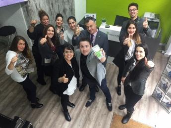 Enrique Espinosa con miembros de servicios centrales de Repara tu deuda