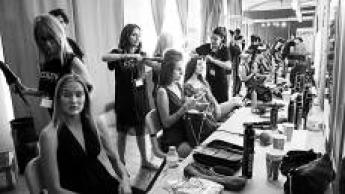Redken peinando en el backstage de la Pasarela Adlib