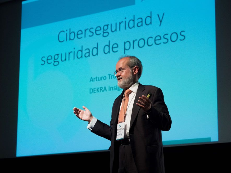 Foto de Arturo Trujillo durante su ponencia en el 50 aniversario de