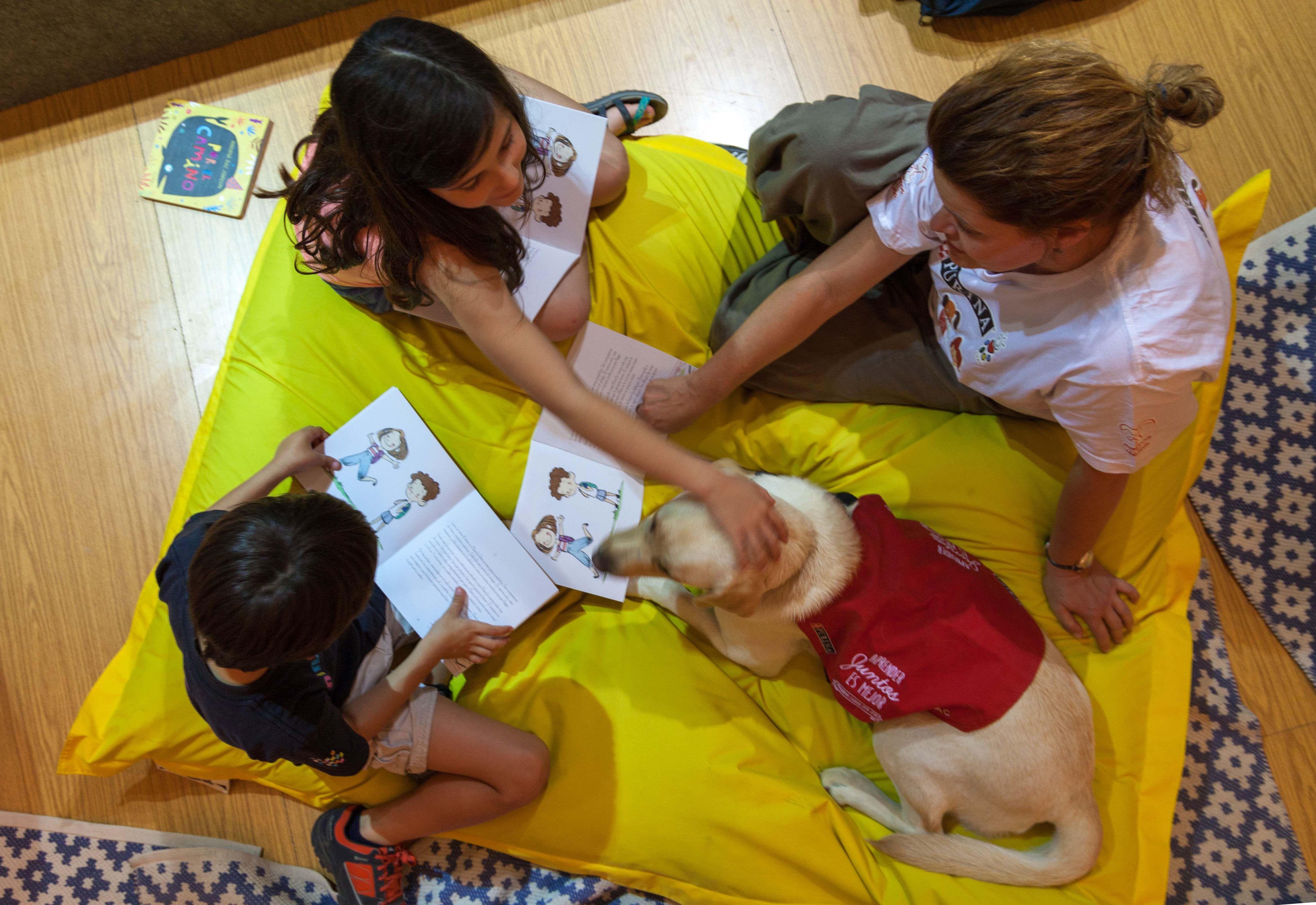 PURINA y CTAC celebran un taller de lectura con perros en la Feria del Libro de Madrid 2017