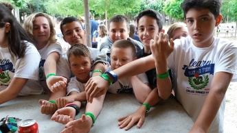 Niños con pulseras NFC
