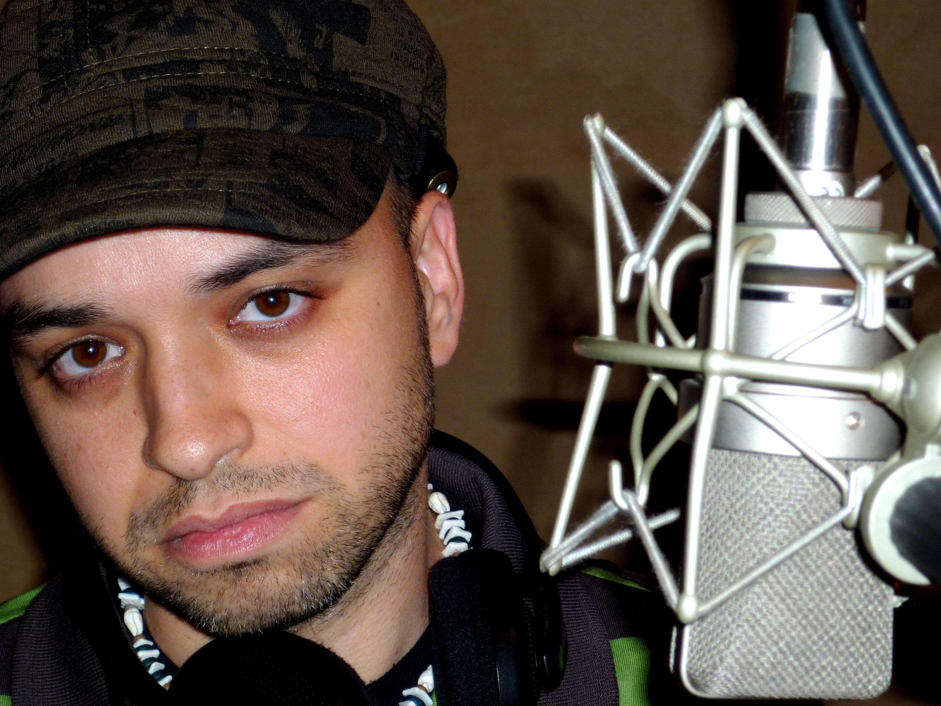 Foto de El artista Qué Pasa! en el estudio de grabación