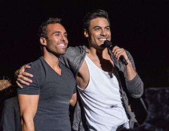 Alfonso G. Aguilar y Carlos Rivera durante el concierto