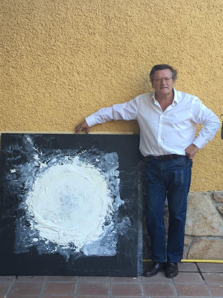 Foto de Luis Vecilla posando con un lienzo de su nueva exposición