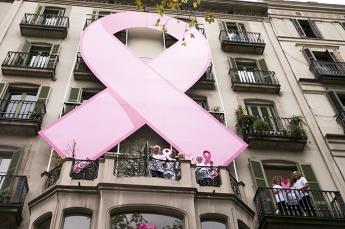 Día contra el Cáncer de Mama: Lazo rosa colosal en Paseo de Gracia de Barcelona