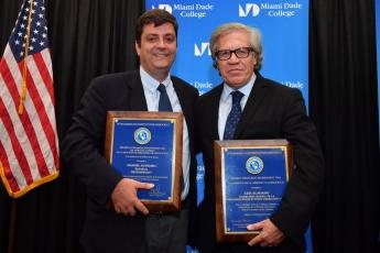 Foto de Manuel Aguilera junto con Luís Almagro reciben el Premio del