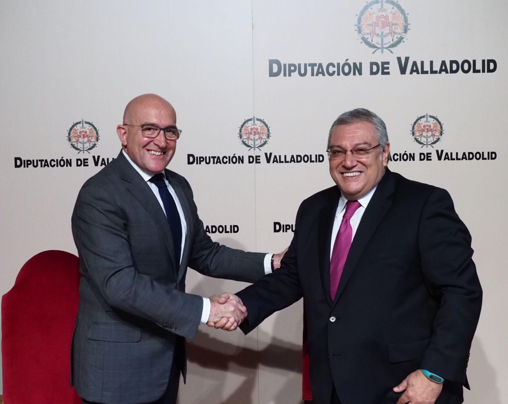 alt - https://static.comunicae.com/photos/notas/1191136/1510923590_Firma_del_acuerdo_de_colaboraci_n_entre_Diputaci_n_de_Valladolid_y_Escuela_Internacional_de_Protocolo.jpg