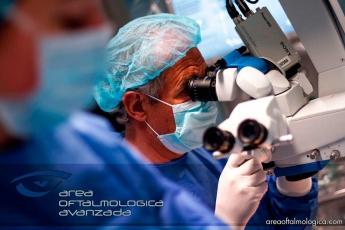 Foto de Dr Vergés Operando una catarata Bimanual
