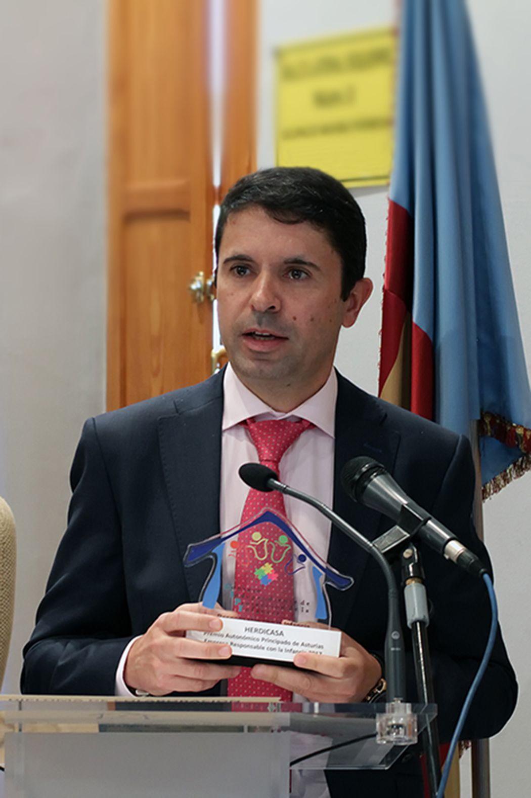 alt - https://static.comunicae.com/photos/notas/1191262/1511284351_Ruben_Garcia_recogiendo_premio_.jpg