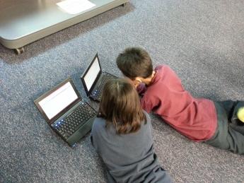 Realizar un curso de mecanografía para mejorar el futuro laboral de los niños