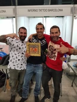 Foto de El equipo de Inferno Tattoo Barcelona muestra el premio de