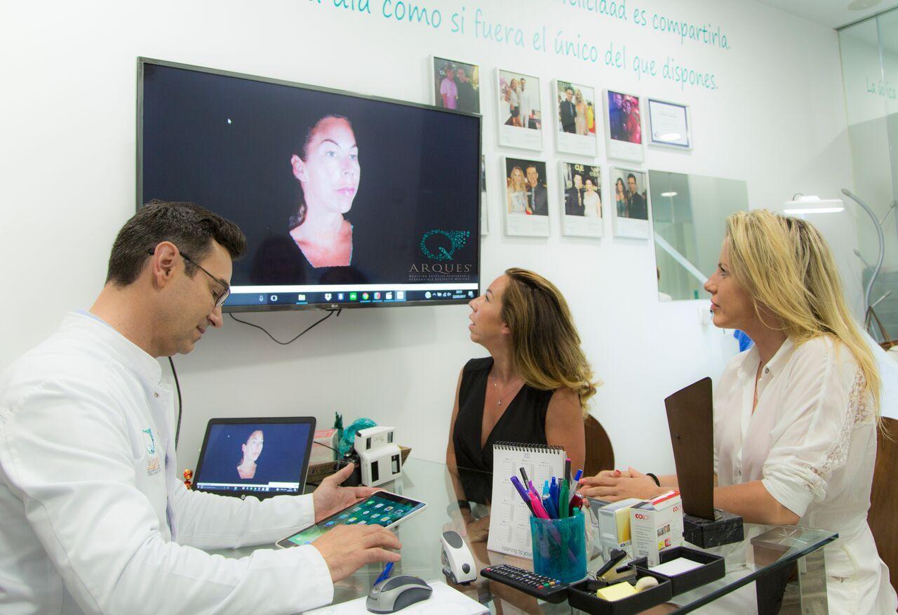 Foto de Doctor Arques con pacientes