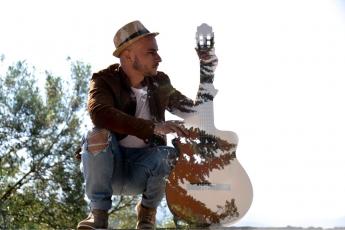 Foto de El interprete y compositor extremeño Ismael González en una