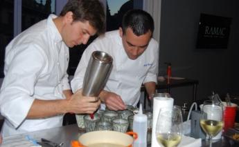 Foto de Chefs cocinando con anguilas Roset