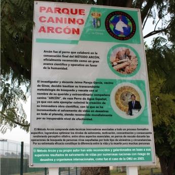 Homenaje del Ayuntamiento de Gines al perro Arcón y a Jaime Parejo