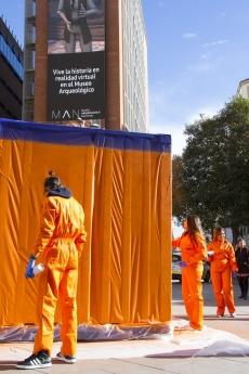 Foto de Intervención en vivo de los contenedores por el artista