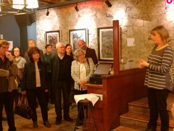 Foto de Caroline Bilson presentando la exposición